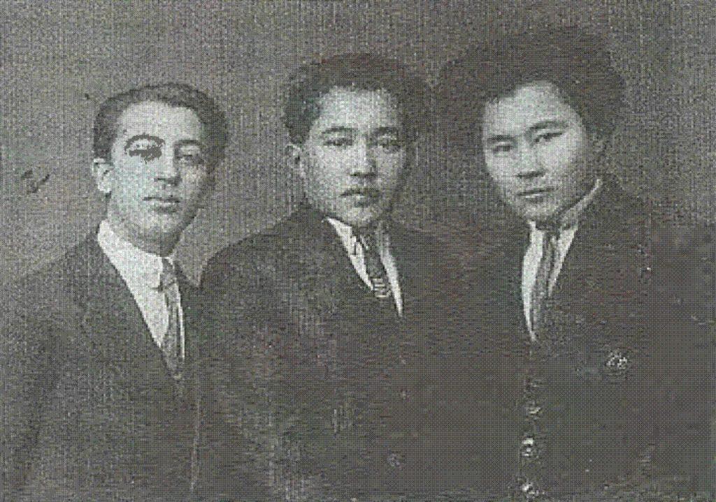 Сол жақта М. Хабибуллин, М. Әуезов, Ә. Марғұлан. 1926 жыл.